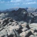 sejour-Trekking-randonnée-jordanie-au-loin-au-centre-jebel-rum_claude-gardien