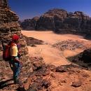 sejour-aventure-jordanie-randonneur-au-dessus-du-village-de-rum_mario-verin