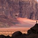 jordanie-randonneurs-sous-les-grandes-parois-des-tours-de-nassranyia_mv