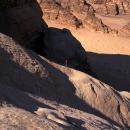 alpiniste-sur-un-splendide-profil-de-dalle-a-wadi-rum_mv