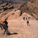 OK-alpinistes-remontant-une-longue-dalle-typique-de-rum_MV.jpg