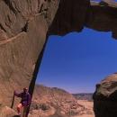 alpiniste-sous-une-arche-naturelle-wadi-rum_jordanie_photo-mv