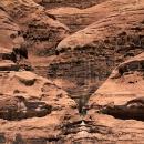 wadi-rum_jordanie-alpiniste-remontant-des-collecteurs-d-eau-dans-le-gres-de-rum_mv