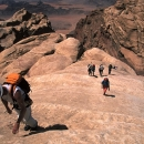 montagne-jordanie-alpinistes-remontant-une-longue-dalle-typique-de-rum_mv