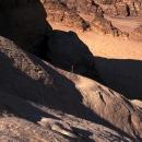 Jordanie-sur-un-splendide-profil-de-dalles-en-montagnes-de-rum_mv