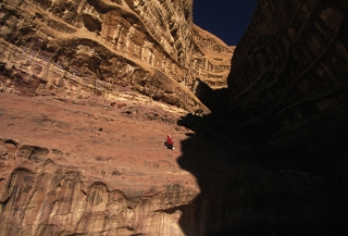 séjour-montagne-jordanie-alpiniste-bedouin-dans-une-voie-bedouine_mv