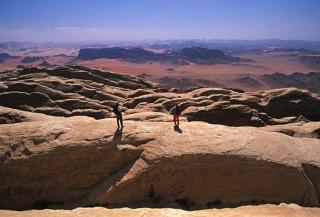 sejour-montagne-jordanie-alpinistes-sur-le-jebel-rum-regardent-le-paysage_mv