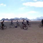 Vttistes émerveillés par le paysage à Wadi Rum - photo B.Espinasse