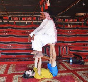 Accro Yoga à Wadi Rum, chez Sliman Sabbah al Zalabieh.